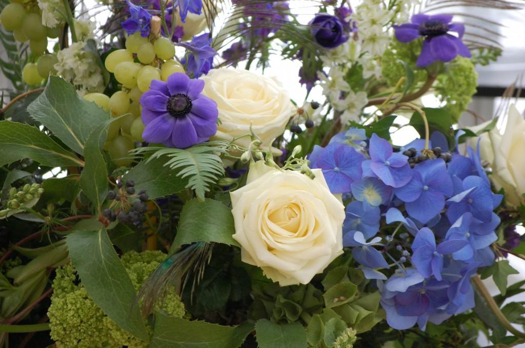 Blomsterdekoration med vindruvor