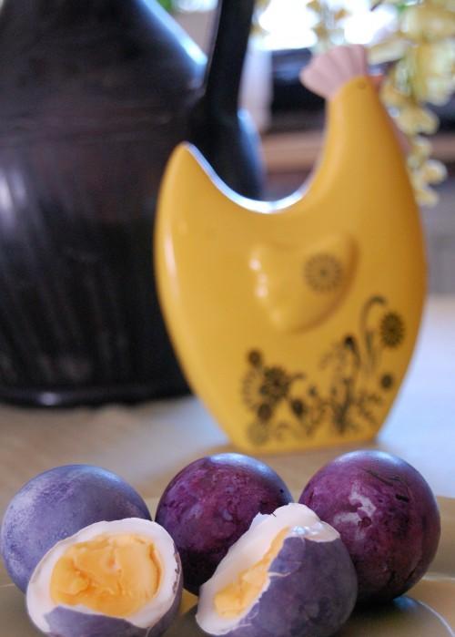 Färga påskägg med blåbär (3)