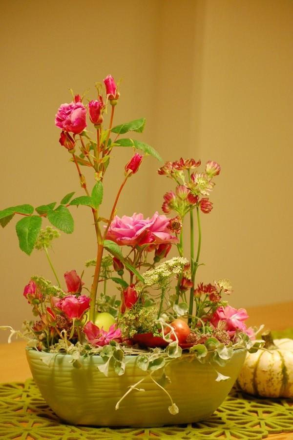 Blomsterdekoration med rosen Therese Bugnet, Stjärnflocka, Tandpetarsilja och Dichondra Silver falls (1)