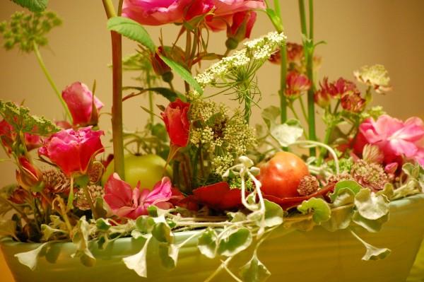 Blomsterdekoration med rosen Therese Bugnet, Stjärnflocka, Tandpetarsilja och Dichondra Silver falls (2)