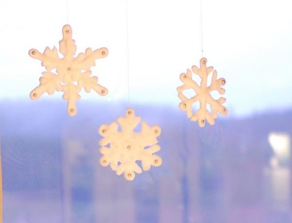 Frostade snöstjärnor av kristyr och strösocker