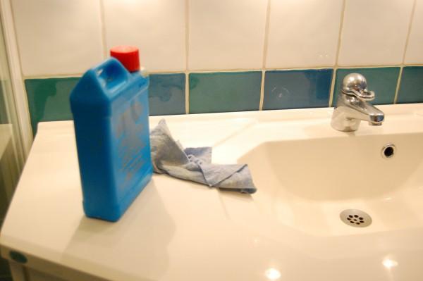 Rengöra tvättstället med bilvax