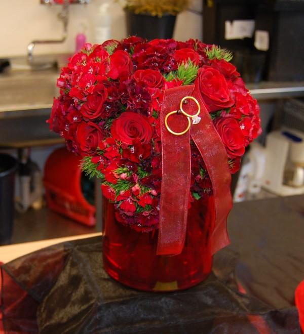 Hjärtformad bröllopsbukett med röda rosor