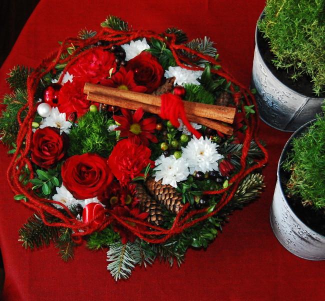 Julbordets dekorationer i traditionellt rött (2)