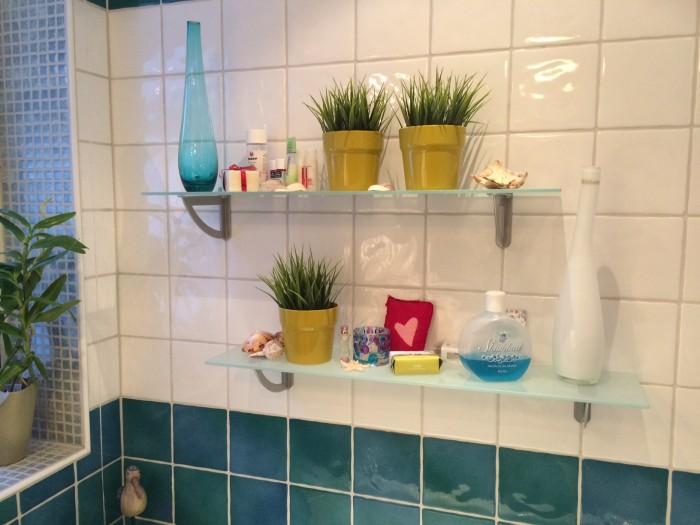 Konstgjorda blommor i badrummet