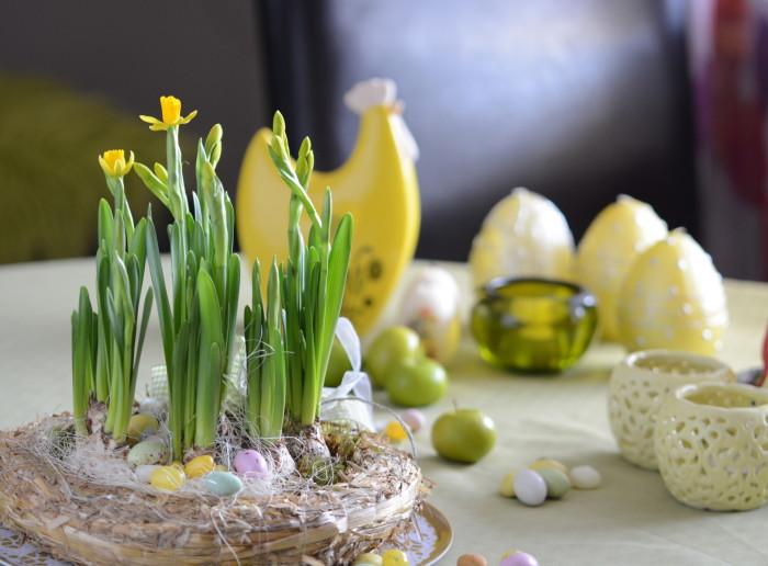 Bordskrans påsk med minipåskliljor (2)