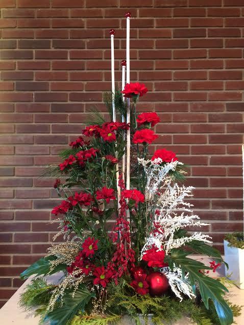3 pinnar med julkulor som symbol för brinnande adventsljus