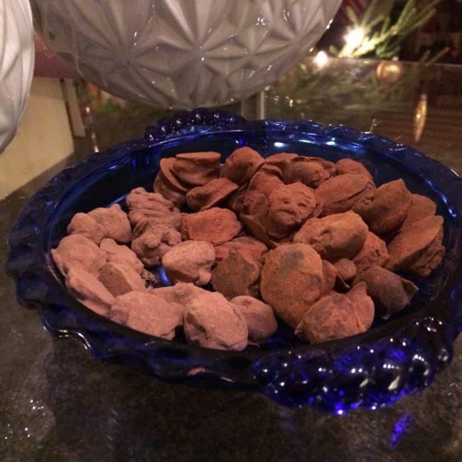 T v chokladmandlar med lakrits, t h chokladmandlar med kanel